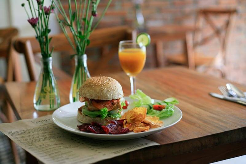 carne-vegana-menu-completo-hamburguesa-vegana-chips