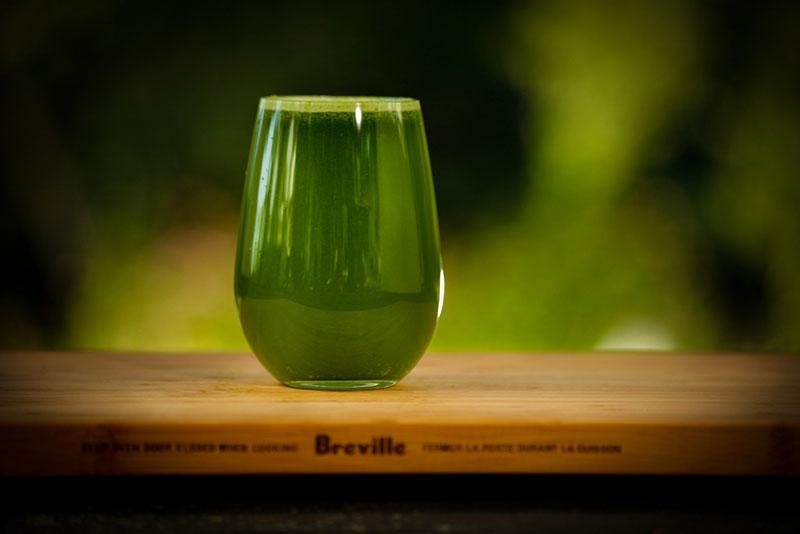 zumo-verde-vaso-de-zumo-mesa-de-madera