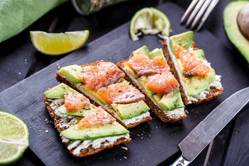 tostadas de aguacate con salmón