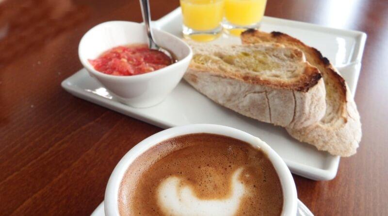 desayuno español con batidora americana