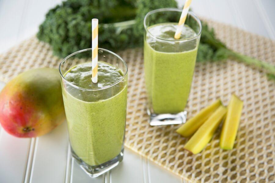 smoothie saludable con limón con una batidora profesional