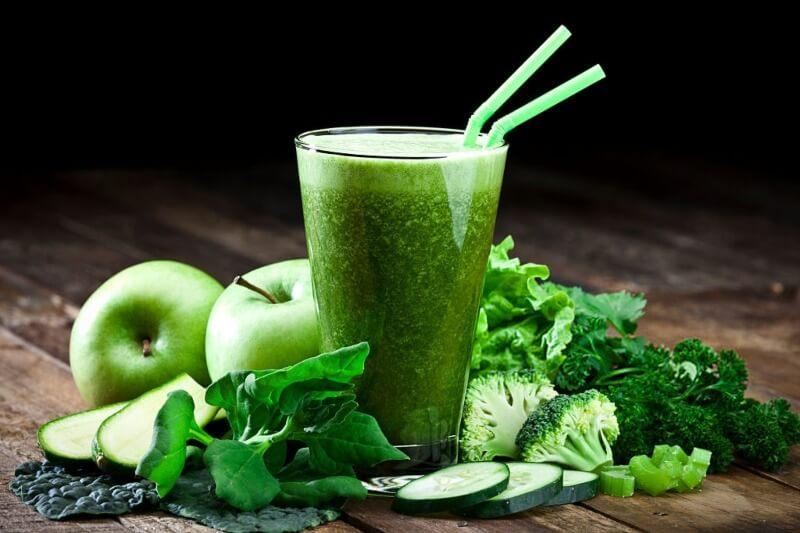 zumo de manzana y espinaca saludable