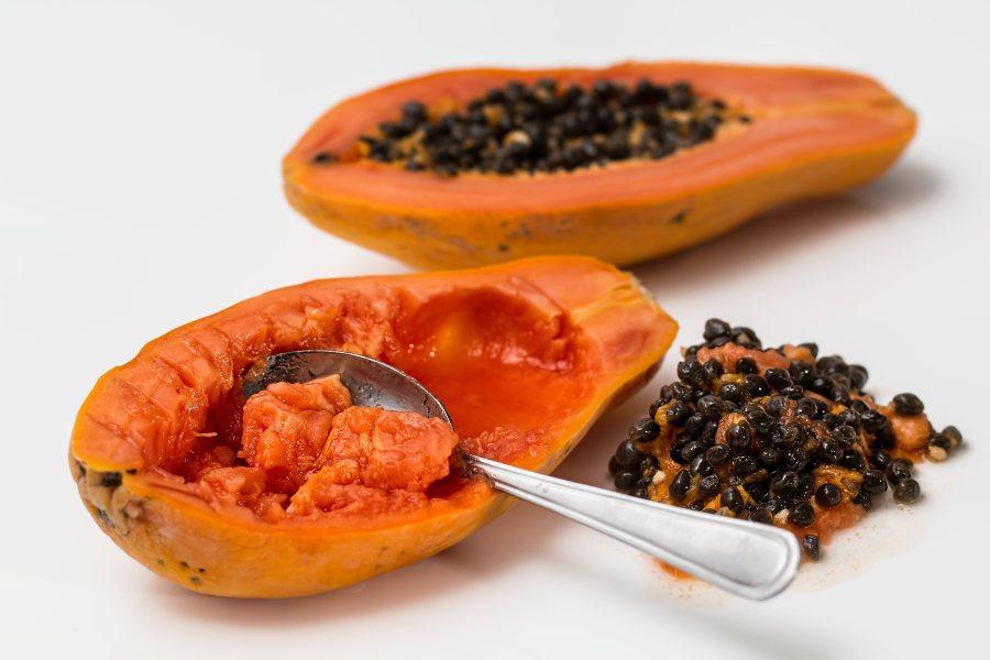 zumo de papaya, mango y lima elaborado con una batidora profesional