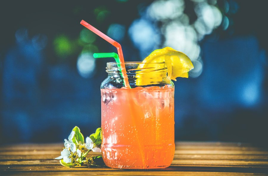 zumo de piña y papaya elaborado con una batidora profesional