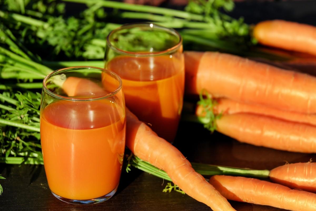 zumo de zanahoria manzana y apio elaborado con una batidora profesional